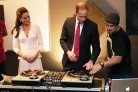 William e Kate (pessimi) DJ per un giorno in Australia. Guarda il video
