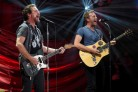 Eddie Vedder e Chris Martin cantano insieme People Have The Power, cose che succedono solo a New York