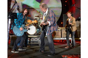 Dave Grohl Dan Auerbach Neil Young Rockin' In The Free World live