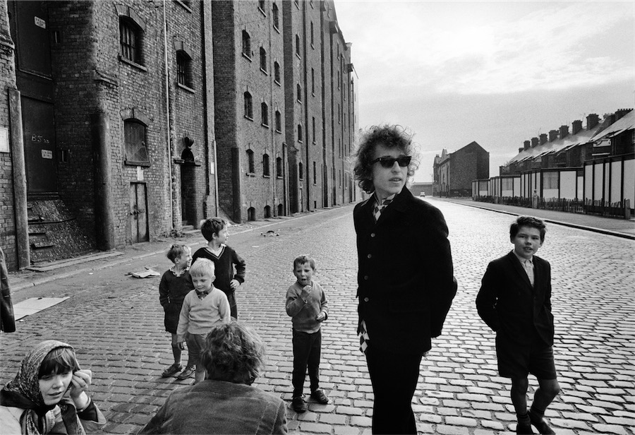4. ©BARRY FEINSTEIN PHOTOGRAPHY. All rights reserved, Bob Dylan, Kids on street, Liverpool, 1966 (no.2)