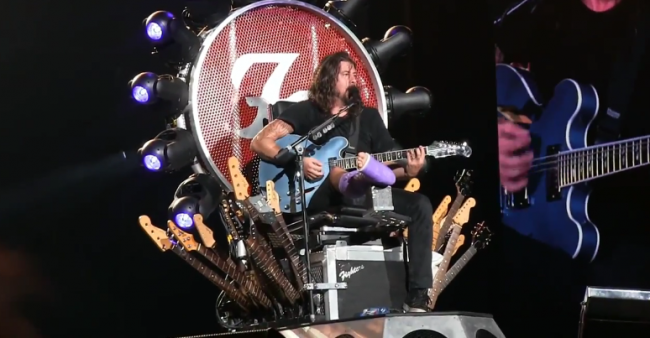 i Foo Fighters suonano i White Stripes ma canta il medico di dave grohl