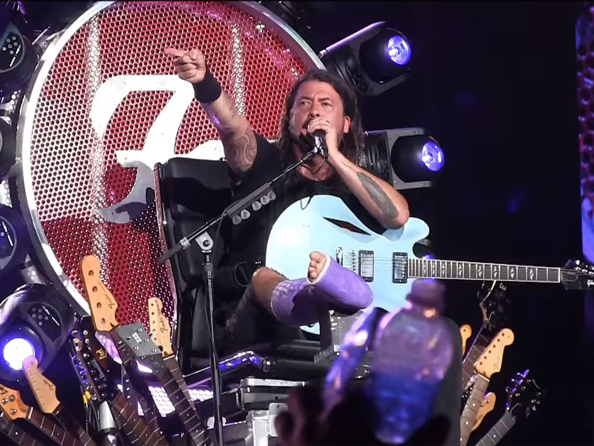 foo-fighters-under-pressure-con-roger-taylor-video