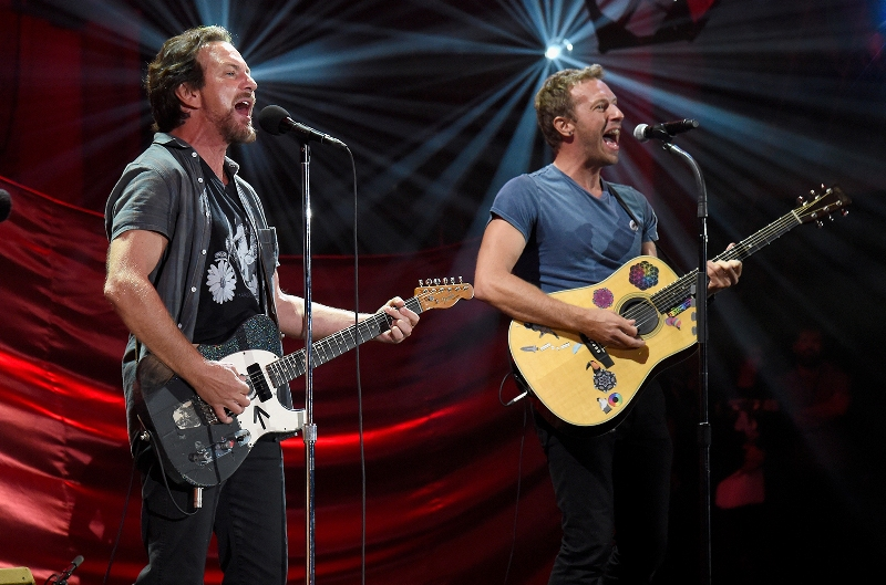 eddie-vedder-chris-martin-duetto